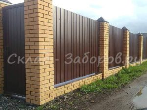 Забор из профлиста и кирпича-19
