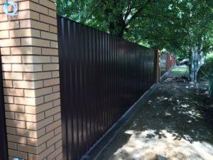 Монолитный забор из профнастила