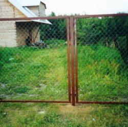 Забор из сетки-рабицы в секциях